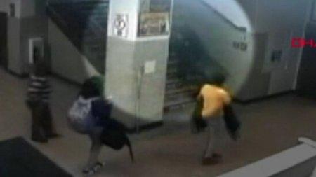 Daha bir dəhşət: polis məktəblini pilləkənlə sürüdü – Video